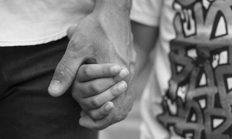 mano di bambino in quella del padre